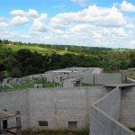 Recintos rodeados de muros, garantizan la seguridad de los chimpancés y de las personas.